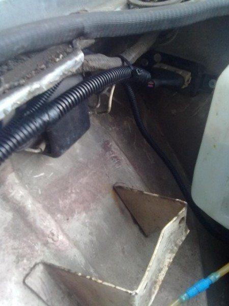 Будучи упрятанной в гофру проводка надежнее работает на авто