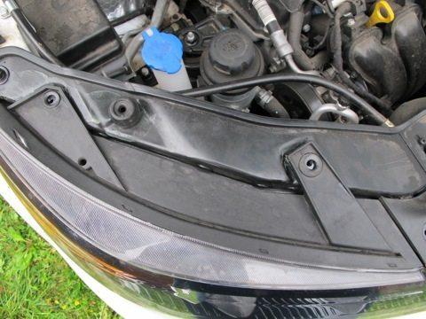 Чтобы не нарушилась регулировка фар КИА Соренто, советуем снять фару с авто