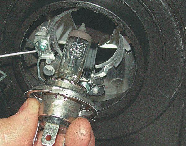 Двухнитевая лампочка ближнего света Лансер 9 с цоколем HB4