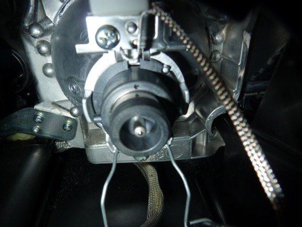 На фото - цоколь лампы с отстегнутым фиксатором