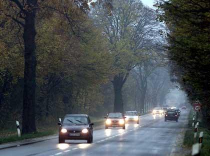 На фото: согласно ПДД все водители в светлое время обязаны передвигаться с ближним светом фар или дневными ходовыми огнями