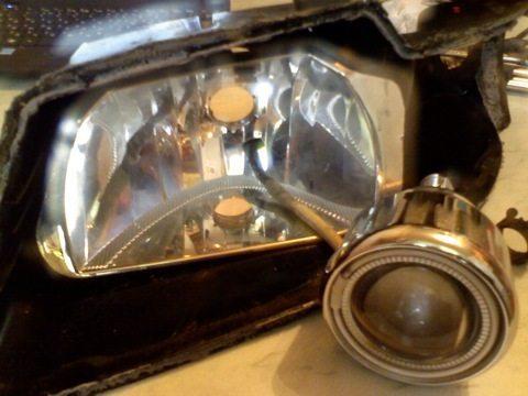 После снятия стекла открывается доступ к отражателю фары