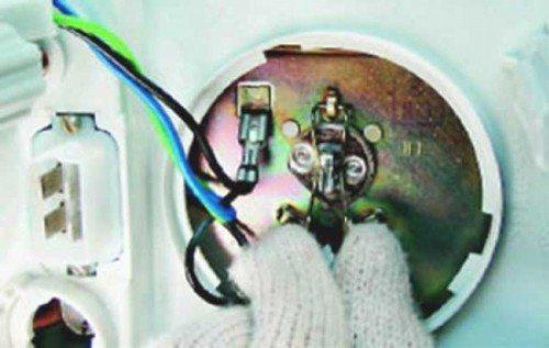 Пружинный зажим держит лампу максимально плотно и надежно фиксирует ее на своем месте