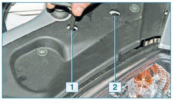 Шестигранник вставляется в отверстие над фарой, и винт аккуратно вращается до нужного положения