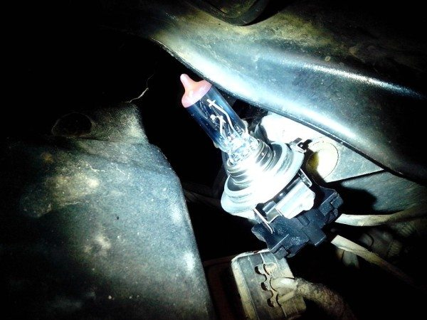 Старая лампа вынимается из разъема и не ее место устанавливается новая