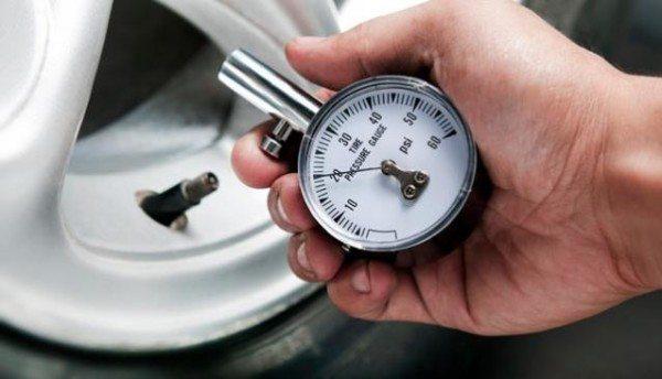 Давление в шинах – важный параметр, если оно будет разным, то машина будет стоять неровно, и правильную регулировку провести не удастся