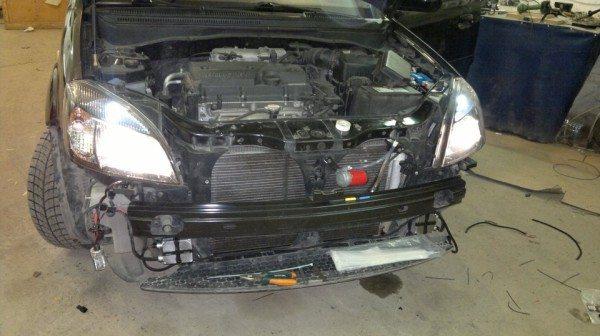 На фото – автомобиль со снятым передним бампером