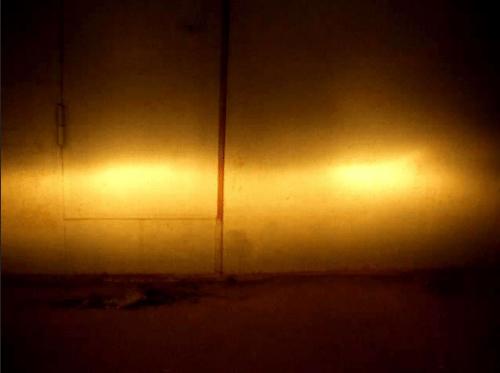 На фото: качественный свет распределяется равномерно и имеет четкие границы, если направить его на стену