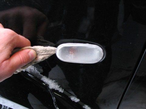 Поворотник крепится в крыле на пластиковых защелках