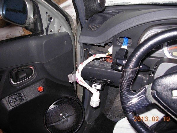 Процесс подключения реле и кнопки управления в салоне автомобиля