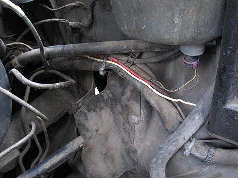 Провод должен укладываться вдоль уже существующих жгутов и фиксироваться пластиковыми хомутами
