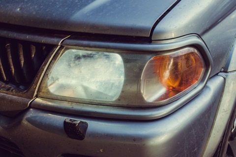Такое состояние фары не только снижает световой поток, но и портит внешний вид автомобиля