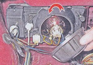 Заглушка не только закрывает лампу, но и предотвращает попадание в фару воды и пыли, поэтому она должна быть целой и плотно прилегать к корпусу