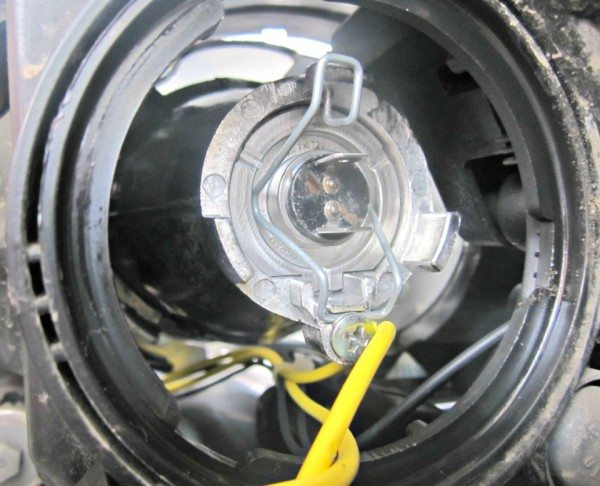 Замена лампы ближнего света на Калине 2 начинается со снятия заглушки